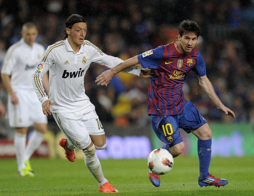 """Walka dwóch """"10"""" - Mesuta Oezila (Real, z lewej) i Lionela Messiego /AFP"""