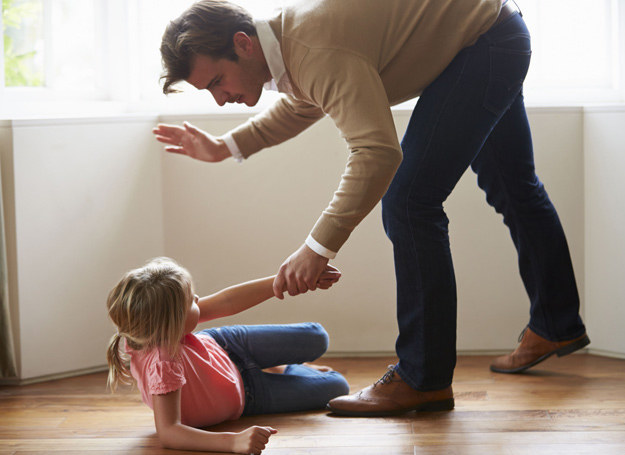 Walka o zachowanie idealnego wizerunku w oczach dziecka często powoduje, że szacunek, jaki ma do ciebie kilkulatek, po latach może stopnieć do całkiem malutkiego szacuneczku... /123RF/PICSEL