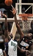 Walka weteranów: Anthony'ego Masona i Dikembe Mutombo w meczu Bucks - 76ers
