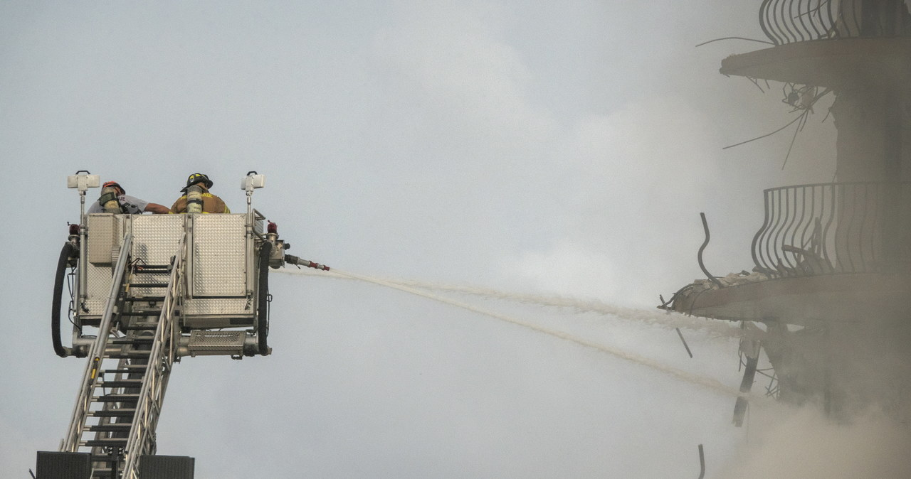 Walka z czasem po zawaleniu się apartamentowca. Ogień i dym utrudniają akcję