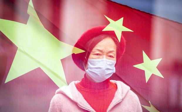 """Walka z epidemią w Chinach weszła w """"drugą fazę"""". Miasta zacieśniają kontrolę"""