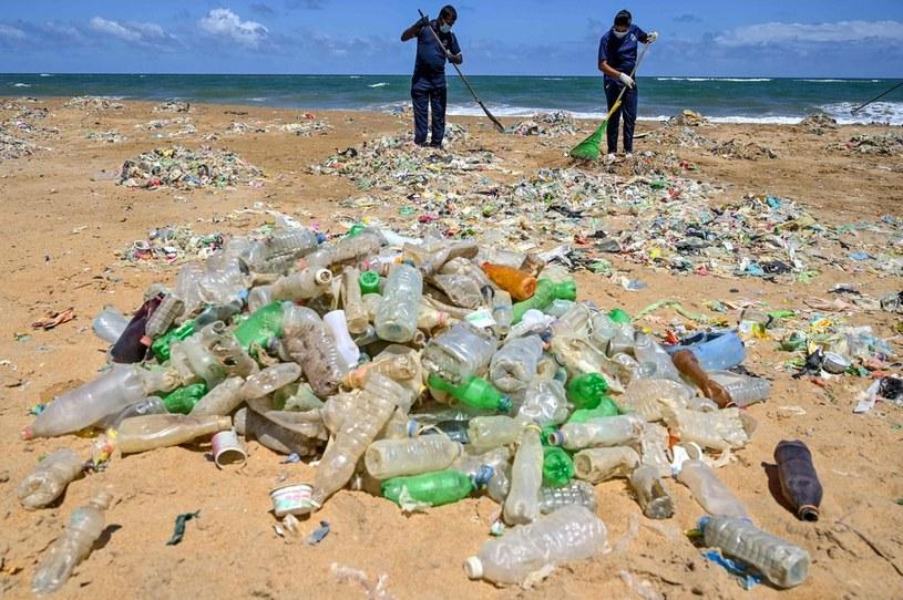Walka z plastikiem coraz trudniejsza /AFP