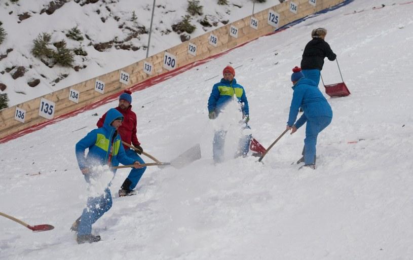 Walka ze śniegiem na skoczni w Titisee-Neustadt /PAP/EPA
