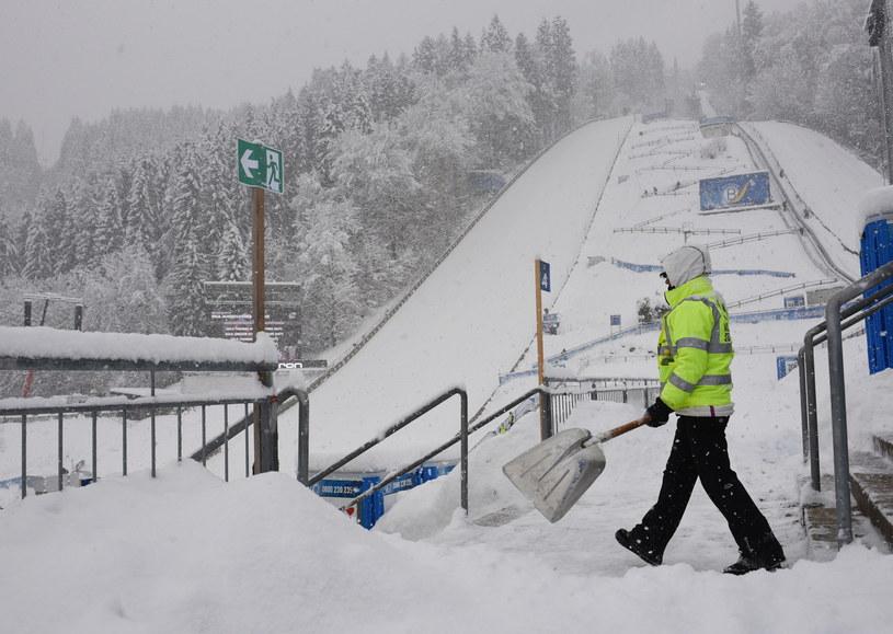 Walka ze śniegiem w Bischofshofen /PAP/EPA