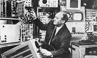Walter Bruch, wynalazca systemu telewizji kolorowej PAL, przy pracy w laboratorium Telefunken AG w H /Encyklopedia Internautica