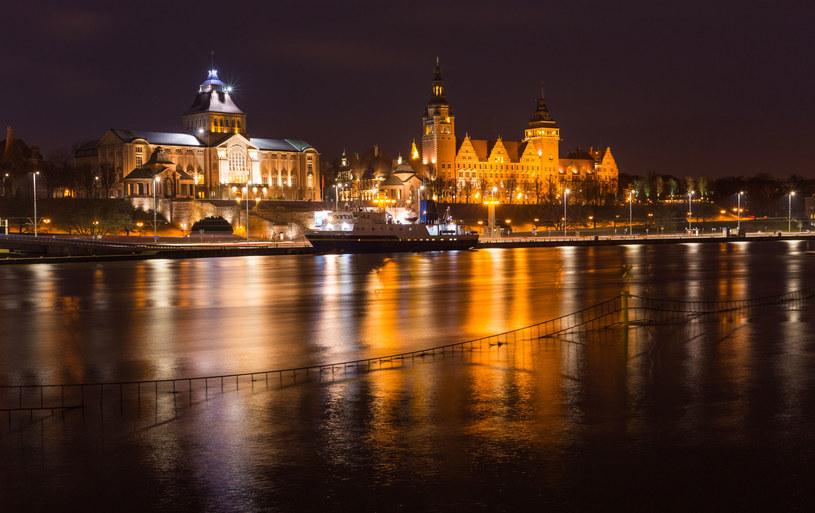 Wały Chrobrego to wizytówka Szczecina. Pięknie wyglądają także w nocy /123RF/PICSEL