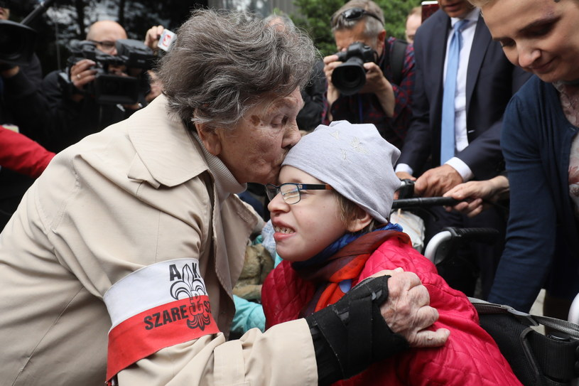 Wanda Traczyk-Stawska z niepełnosprawną dziewczynką /PAP