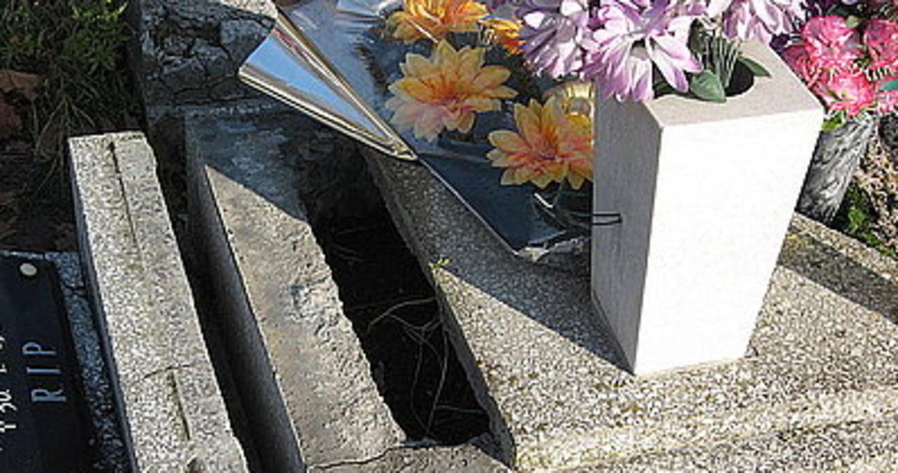 Wandale zniszczyli groby na cmentarzu w Zabrzu