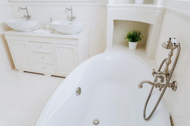 Wanna z prysznicem łączy w sobie zalety obu łazienkowych sprzętów /©123RF/PICSEL