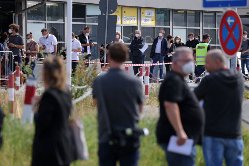 Wariant Delta dominuje w liczbie nowych zakażeń w Niemczech, na zdj. kolejka do szczepień /Sean Gallup /Getty Images