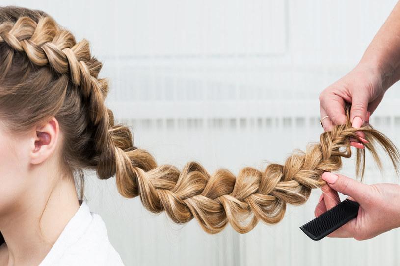 Warkocze są taką najbardziej powtarzalną rzeczą w trendach, jeśli chodzi o fryzury /123RF/PICSEL