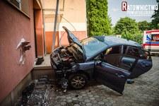 Warmińsko-mazurskie: Mężczyzna uderzył w budynek szkoły. Jechał z czteroletnim dzieckiem