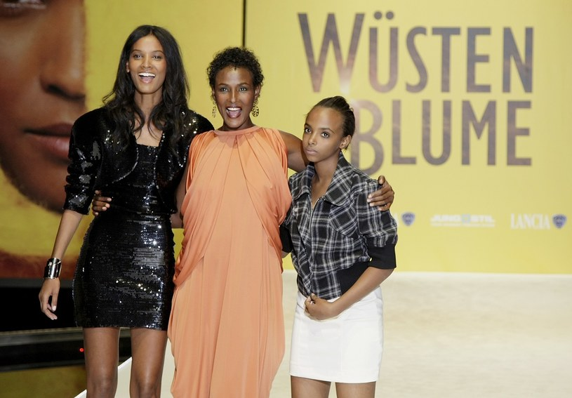"""Warris Dirie, Liya Kebede (z lewej) oraz jedna z podopiecznych fundacji """"Desert Flower"""" /Getty Images"""