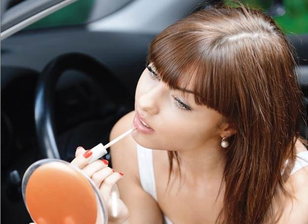 Warstwowy makijaż zdecydowanie przedłuży trwałość szminki /123RF/PICSEL