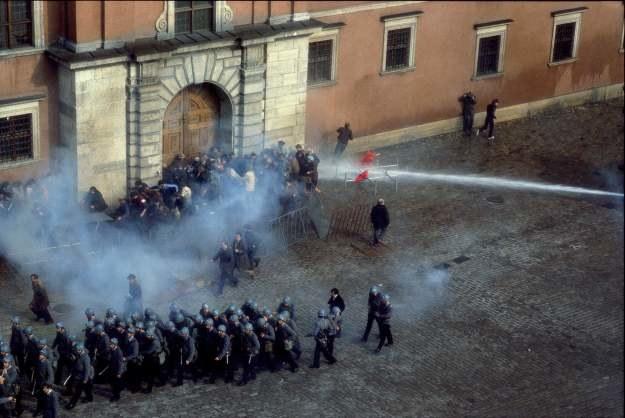 Warszawa, 03.05.1982, ZOMO tłumi demonstrację w Święto Konstytucji, fot. Chris Niedenthal /Chris Niedenthal /Agencja FORUM