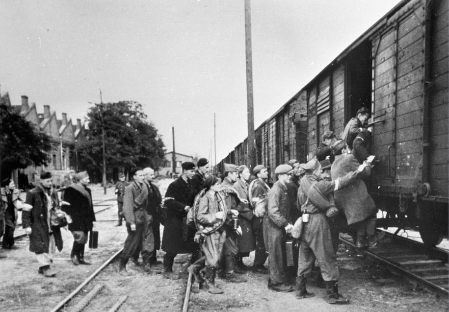 Warszawa, 10.1944r. Ludność cywilna opuszcza gruzy Warszawy po ustaniu walk powstańczych /CAF /PAP