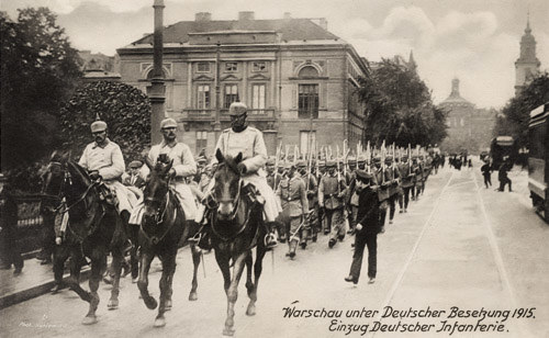 Warszawa 1915. Niemiecka piechota na Karkowskim Przedmieściu. /Fot. Ośrodka KARTA /