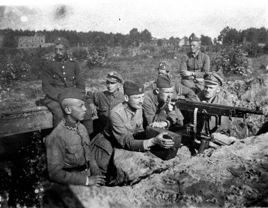 Warszawa 1920 r. Żołnierze przy stanowisku polskich karabinów maszynowych podczas akcji w rejonie Radzymina /archiwum /PAP