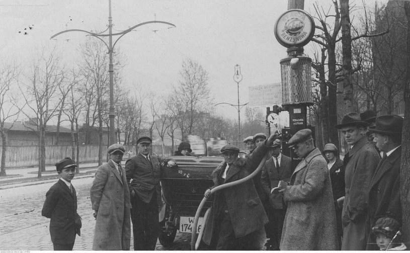 Warszawa, 1925 r.. Tankowanie na stacji benzynowej, tzw. pompie /Z archiwum Narodowego Archiwum Cyfrowego