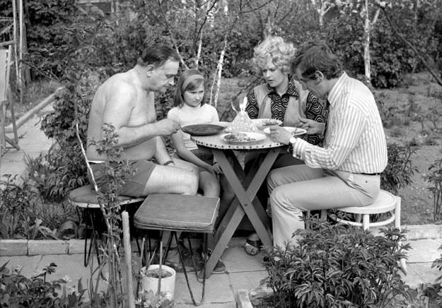 Warszawa, 1974. Rodzina podczas posiłku na działce fot. Michal Browarski /Agencja FORUM