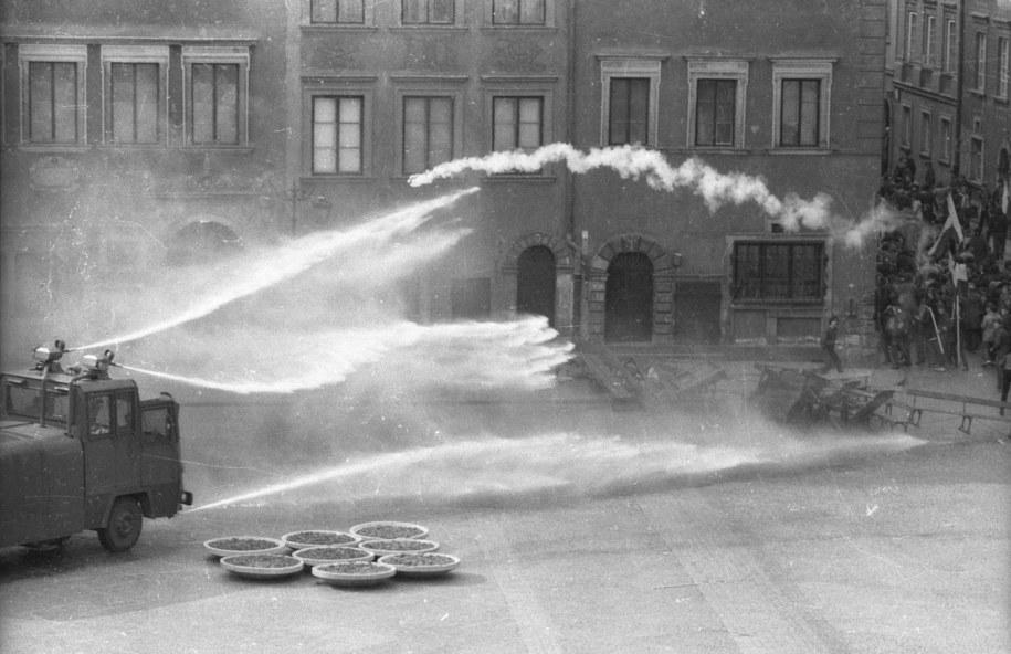 Warszawa, 3 maja 1982. Pacyfikacja niezależnej manifestacji solidarnościowej na Rynku Starego Miasta /Teodor Walczak /PAP