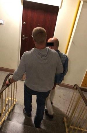 Warszawa: 35-latek zaoferował staruszce pomoc przy wniesieniu zakupów, a potem ją okradł