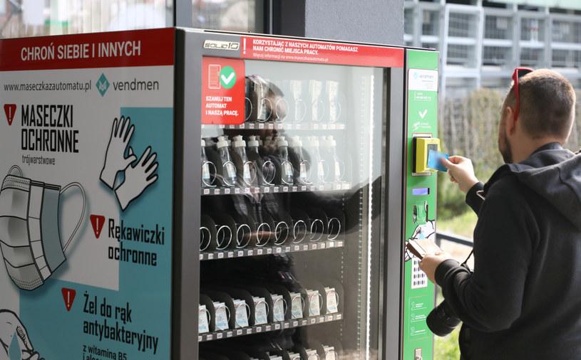 Warszawa: Automat z maseczkami i plynami do dezynfekcji /Piotr Molecki /East News