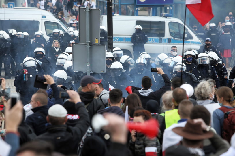Warszawa. Demonstracja przeciwników obostrzeń sanitarnych. /Wojciech Olkuśnik /PAP