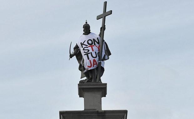 """Warszawa: Figura Zygmunta III Wazy w koszulce z napisem """"Konstytucja"""""""