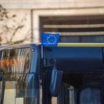 Warszawa. Flagi Unii Europejskiej na pojazdach komunikacji miejskiej. To reakcja na wyrok TK
