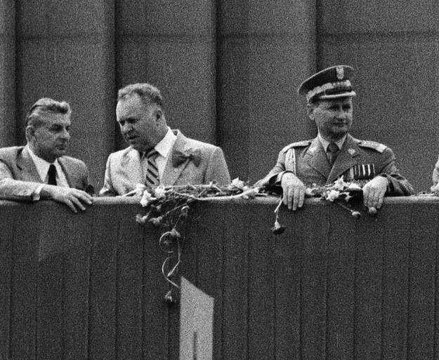 Warszawa. Pochód pierwszomajowy w 1980 roku. Na trybunie honorowej od lewej: Józef Czyrek, Stanisław Kania  i Wojciech Jaruzelski /ZBIGNIEW MARKIEWICZ/FOTONOVA /Fotonova