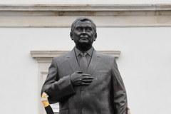 Warszawa: Pomnik Lecha Kaczyńskiego stanął na placu Piłsudskiego