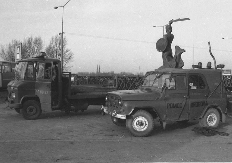 Warszawa-Powiśle, rok 1993. Samochody pomocy drogowej, w tym UAZ 469b /East News