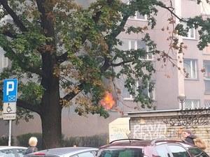 Warszawa: Pożar mieszkania. Z okien wydobywa się gęsty dym