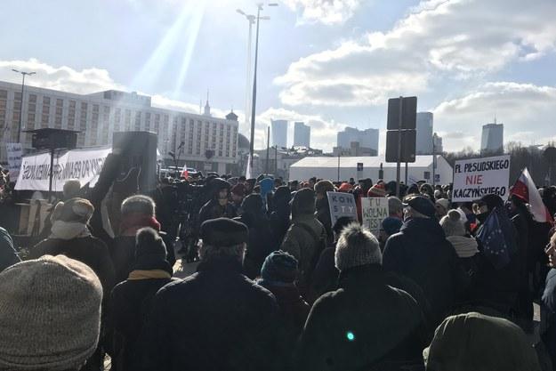 Warszawa: Protest przeciwko budowie pomnika ofiar katastrofy smoleńskiej na placu Piłsudskiego