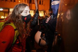 Warszawa: Protest Strajku Kobiet przed TVP. Kilka osób zatrzymanych