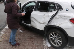 Warszawa: Przewożona koparka spadła z lawety na zaparkowane przy jezdni pojazdy