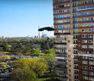 Warszawa: Skoczyli ze spadochronem z 20. piętra wieżowca
