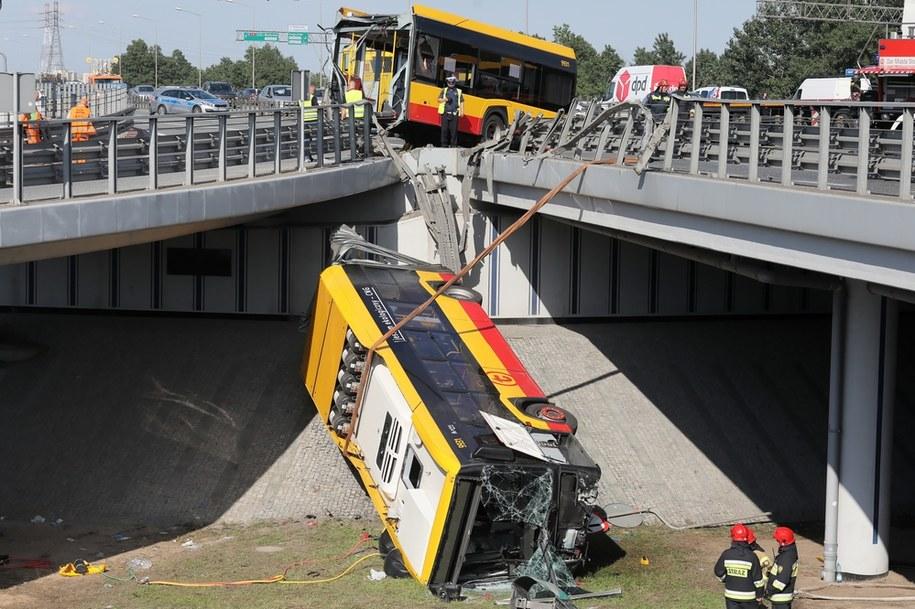 Warszawa: Służby pracują na miejscu wypadku autobusu linii 186, który przebił bariery na trasie S8 i przełamał się na pół, a jego przednia część spadła na nasyp przy Wisłostradzie /Paweł Supernak /PAP