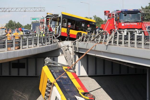 Warszawa. Służby pracują na miejscu wypadku autobusu linii 186 /Paweł Supernak /PAP