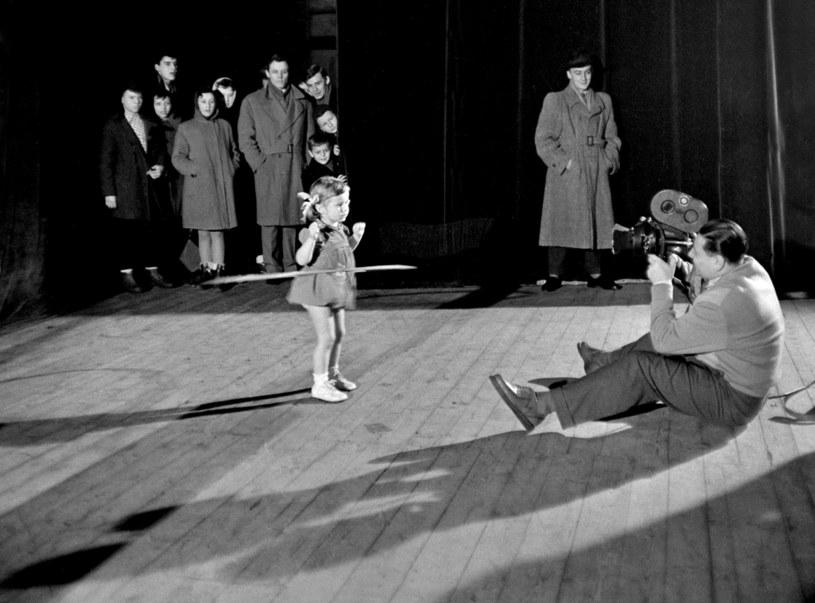 Warszawa, styczeń 1951 r. Konkurs Hula-Hop zorganizowany w Hali Gwardii /Eustachy Kossakowski/FORUM /Agencja FORUM