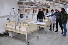 """<a href=""""https://wydarzenia.interia.pl/raporty/raport-koronawirus-chiny/polska/zdjecie,iId,2972261,iAId,386474"""">Warszawa: Tak powstaje szpital tymczasowy na Stadionie Narodowym</a> thumbnail  Premier: nie chcemy zamykać całkowicie gospodarki tak długo, jak to możliwe 000AN548G36LFDLV C307"""