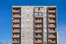 Warszawa: Trzylatek spacerował po parapecie na siódmym piętrze