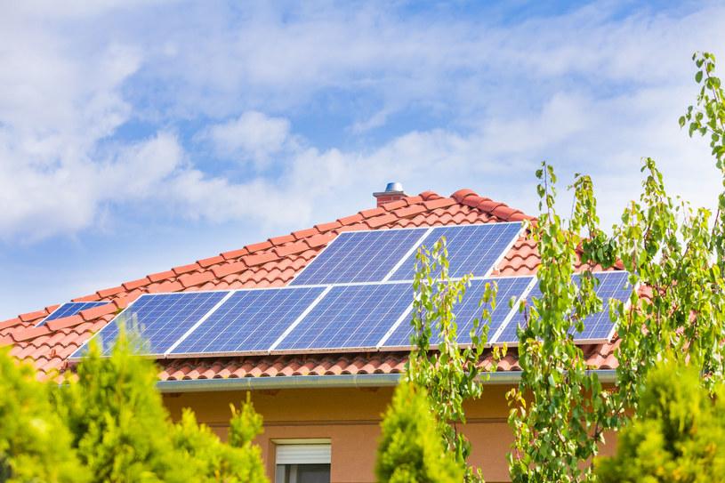 Warszawiacy chcą instalować na dachach panele słoneczne. Fot. Kacso Sandor /123RF/PICSEL