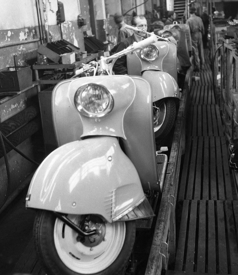 Warszawska Fabryka Motocykli /WFM/. Rok 1964. Skutery OSA na hali produkcyjnej /Wiesław M. Zieliński /East News