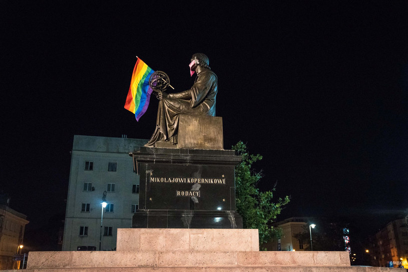 Warszawski pomnik Mikołaja Kopernika z tęczową flagą, którą zatknęli aktywiści. /MARTA BOGDANOWICZ /Agencja FORUM