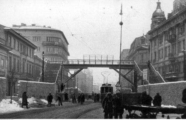 Warszawskie getto w czasie niemieckiej okupacji. Most nad ulicą Chłodną łączący dwie części getta /Z archiwum Narodowego Archiwum Cyfrowego