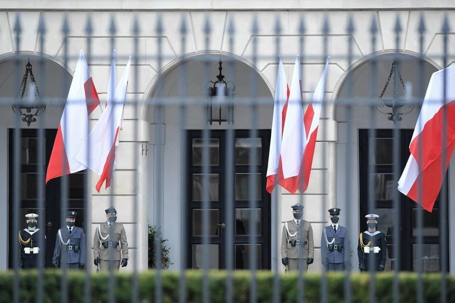 Warta honorowa przy Pałacu Prezydenckim w dniu 229. rocznicy uchwalenia Konstytucji 3 Maja / Radek Pietruszka   /PAP