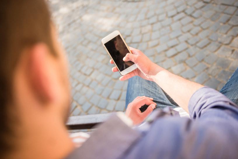 Warto dokładnie wyczyścić smartfon przed jego sprzedaniem /123RF/PICSEL