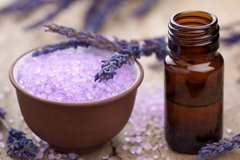 Warto mieć w domowej apteczce kilka rodzajów olejków. W razie problemu szybko uśmierzą ból /123RF/PICSEL